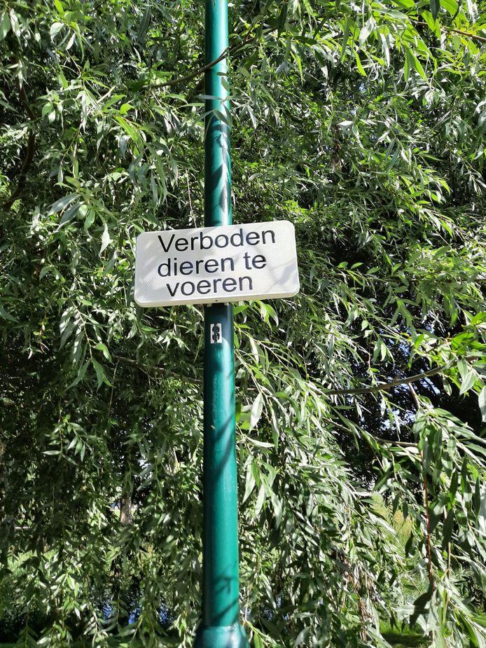 Bij de Knip in Zevenbergen staan meerdere bordjes 'Verboden dieren te voeren'.