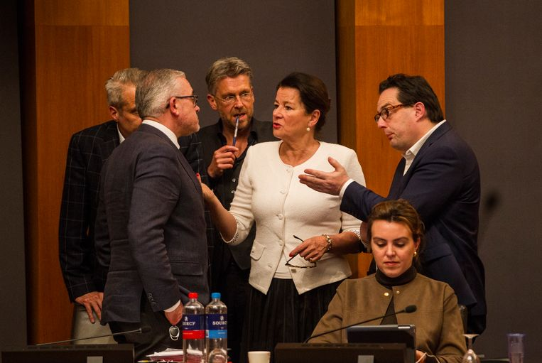 Burgemeester Annemarie Penn-te Strake (midden) tijdens een debat over de spionageaffaire in februari. Beeld Harry Heuts