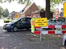 Automobilisten negeren eenrichtingsborden omleidingsroute Helvoirt; verkeersregelaars ingezet