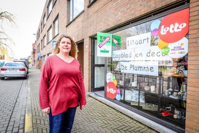Nancy De Bruyne voor haar nieuwe krantenzaak De Plumme.