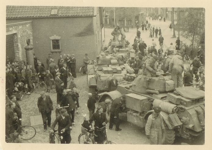 Olst loopt uit bij de bevrijding door de Canadezen. Links de toenmalige vleeswarenfabriek OLBA aan de Dorpsstraat.