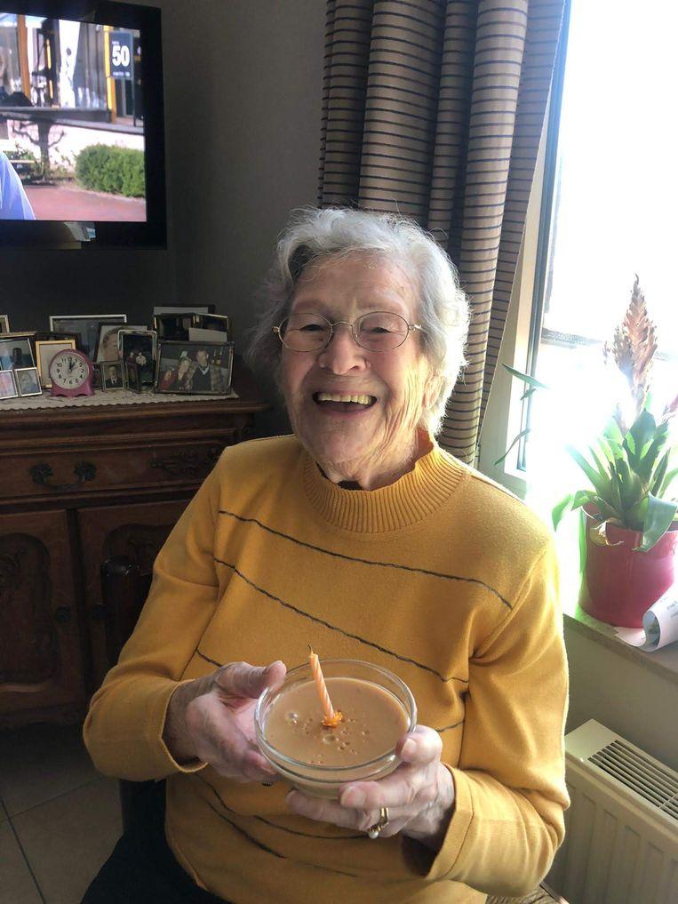 Clara De Muynck met haar verjaardagsdessert.