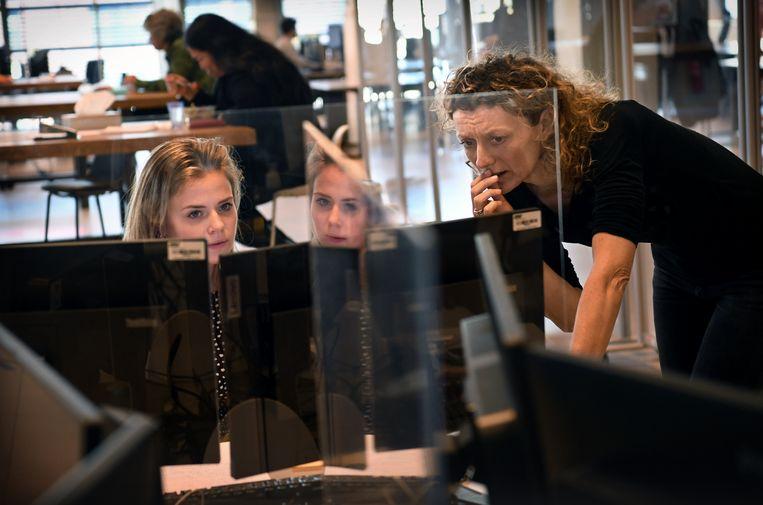 Bron- en contactonderzoek bij de GGD Brabant-Zuidoost. Beeld Marcel van den Bergh / de Volkskrant