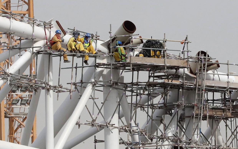 Arbeiders bezig aan het Al-Wakrah Stadion even buiten Doha in 2018.
