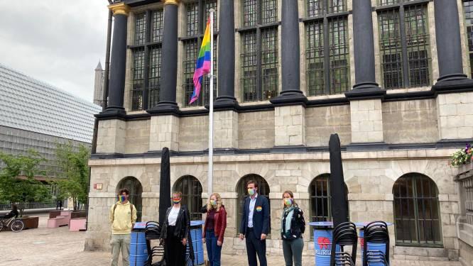 """Stad Gent hijst de vlag, burgemeester roept op om """"Vandaag regenboogkleuren uit te dragen"""""""