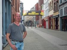 Jan (50) verwelkomt prostituees met spandoek in het Schipperkwartier
