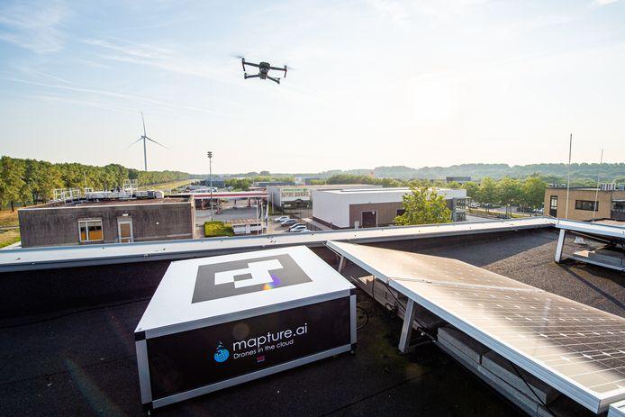 De drone is net opgestegen vanuit de speciale box die op het dak van het gebouw van Port of Moerdijk is geplaatst.