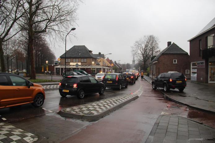 Omdat een deel van de rotonde enige tijd was afgesloten konden auto's niet doorrijden.