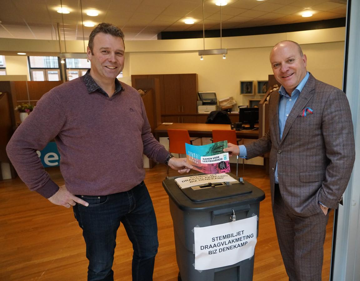 Secretaris John Wigger van BIZ Denekamp en wethouder Benno Brand  van Dinkelland bij de BIZ-stembus in het gemeentehuis