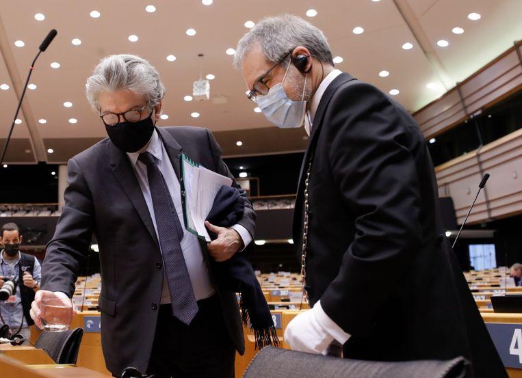 Commissaris Interne Markt Thierry Breton (links) vorige maand bij een plenaire vergadering van het Europees Parlement. Beeld EPA