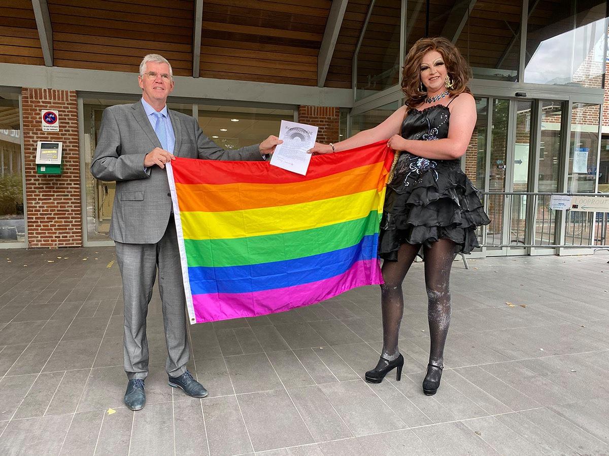 Patty Sparkle overhandigde toenamalig burgemeester en raadsvoorzitter André Baars vorig jaar de brief en een regenboogvlag.