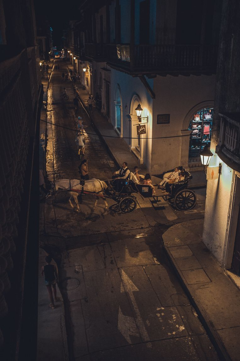 Uitzicht vanaf boetiek hotel La Passion op de toeristen attractie die je tegenwoordig in de meesten steden wel terug ziet; paard en wagen. Beeld Stijn Hoekstra