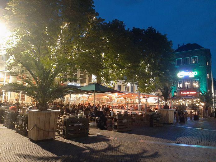 Volle terrassen in Deventer op de eerste avond van de versoepelingen.