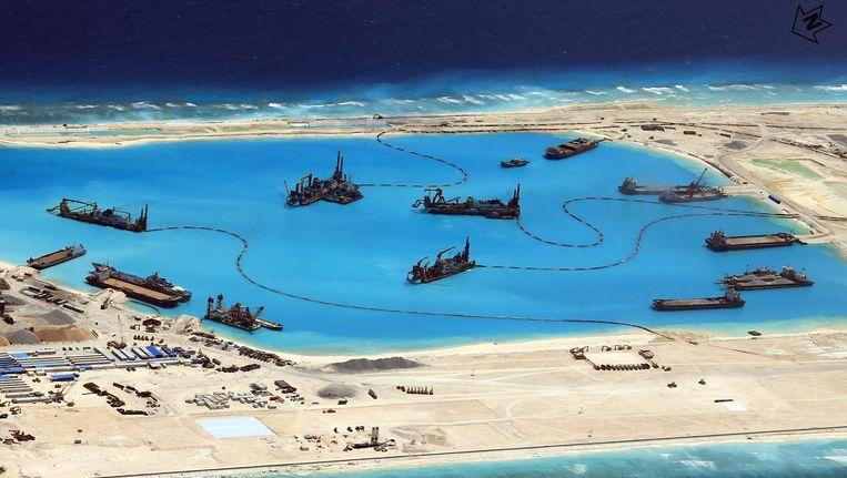Een foto beschikbaar gesteld door het Filipijnse leger toont de Chinese activiteit bij de Spratley Eilanden in april van dit jaar. Beeld epa