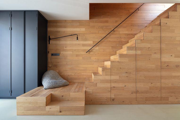 Rolands lievelingsplek in het huis: de onderste treden van de trap, die een soort podium vormen.  'Vanaf de straat kan niemand je daar zien zitten.' In de trap zitten kasten verscholen.  Beeld Stijn Poelstra