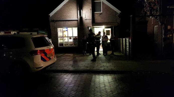 De politie start zaterdagavond na de overval een klopjacht, waarbij ook een helikopter wordt opgeroepen.