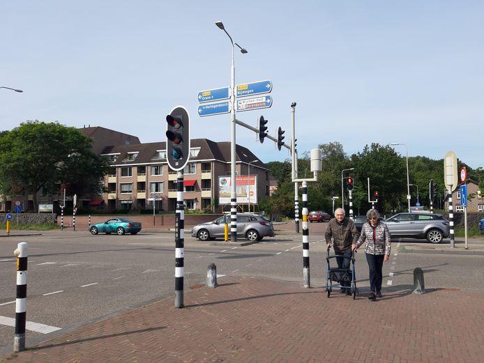 Jan en Iet Loeffen steken de Graafseweg over. Ze zijn net aan de overkant maar het stoplicht is alweer rood.  ,,Je moet flink doorlopen'', zegt Jan (86).
