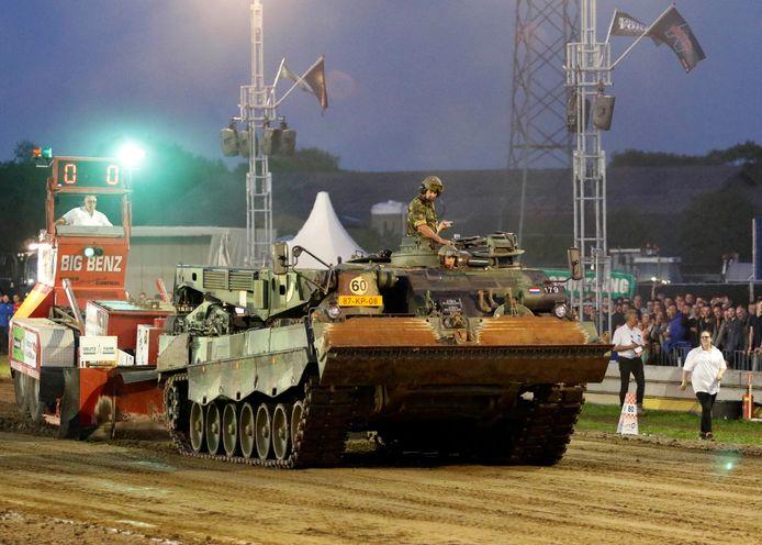 Rupsvoertuig van de landmacht  in de baan. Foto: Gerard van Offeren/pix4profs
