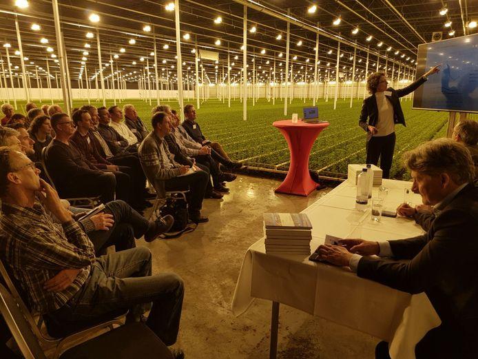 Presentatie van de cijfers over de chemische waterkwaliteit door hoogheemraad Ingrid ter Woorst, gehouden bij Leen Middelburg Chrysanten in Maasdijk
