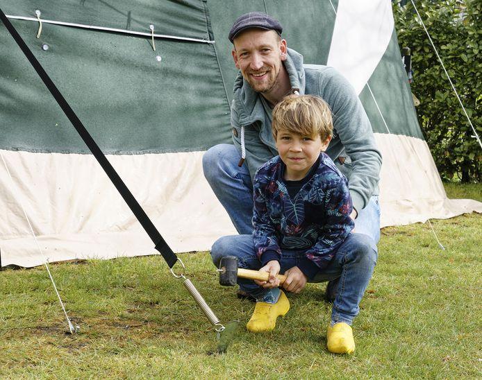 Vader Jelle en zoon Tygo bij de extra scheerlijn die in allerijl aan de tent werd gezet.