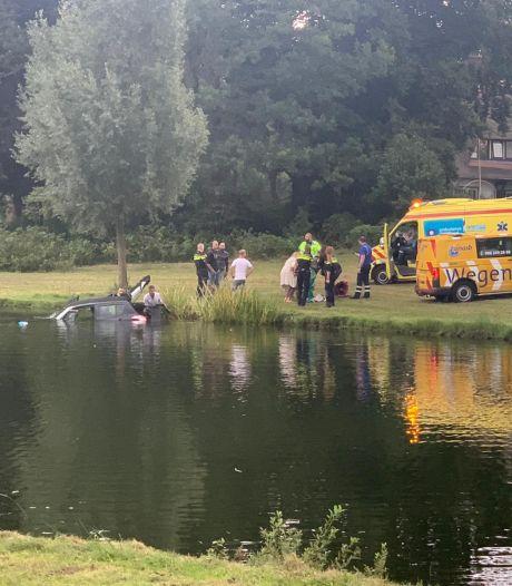 Buurman springt in Deventer water om vrouw uit auto te halen: 'Je denkt niet na en komt in actie'