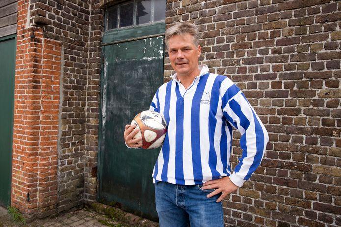 Adri van Hanegem op de plaats waar hij in zijn jeugd urenlang zoet was met een bal en zijn vrienden: De Koer in IJzendijke.