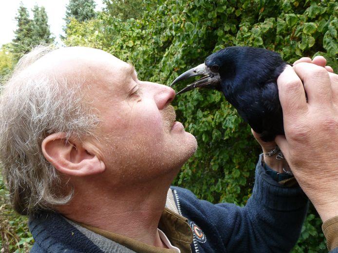 Hanno van der Meulen uit Lochem met een van zijn getroubleerde vogels.