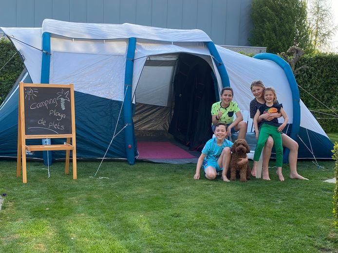 """De hele week hebben Chris (12) en Siem (10) de Bruijn, Suze (12) en Lizz (6) van Loon en hond Sammie gekampeerd op camping Playa de Plets. Nee, dat is geen openbare camping, maar gewoon in de achtertuin van hun huis in Roosendaal.  ,,Ze vinden het geweldig!"""", zegt moeder Isabel Schoonen. ,,Normaal gesproken hadden we waarschijnlijk uitstapjes gemaakt deze vakantie, maar dit was minstens zo leuk."""""""