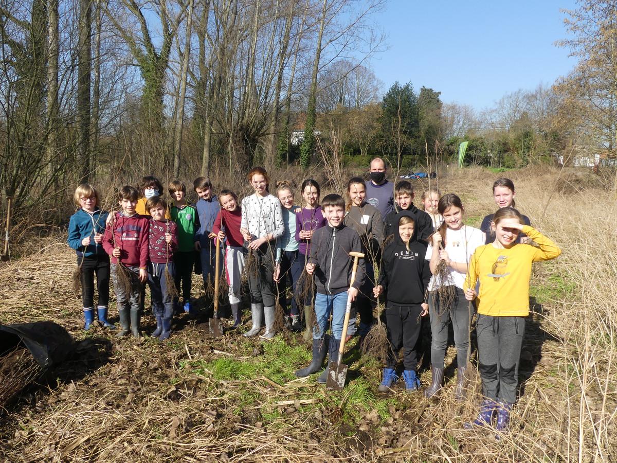 De leerlingen van VBZ Zeveren aan het toekomstige bos vlakbij hun school.