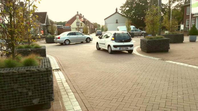 Op het Kerkplein is het altijd druk. De Dorpsstraat, de Bergsebaan, de Essenseweg en de Heijbeeksestraat komen er samen.