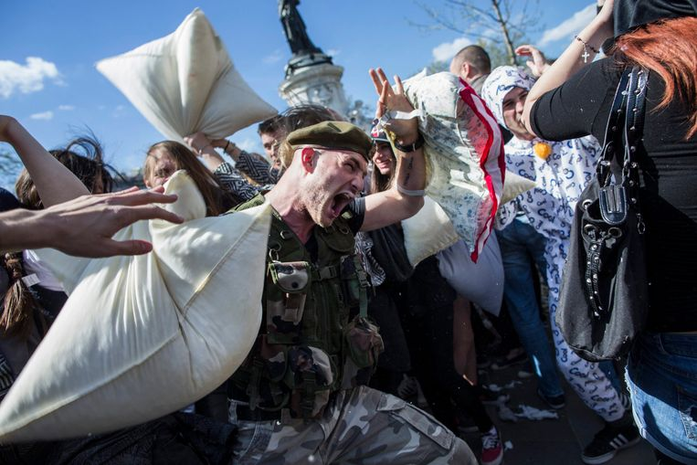 epaselect epa04155497 Participants attend the 'International Pillow Fight Day' in Paris, France, 05 April 2014. The International Pillow Fight Day takes place in dozens of cities around the world.  EPA/ETIENNE LAURENT Beeld EPA