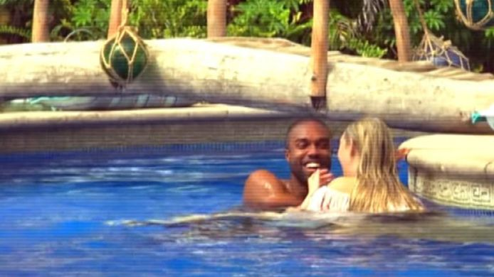Het ging er innig aan toe aan de bar en het duo trok al snel naar het zwembad, waar ze al hun kleding kwijtspeelden.