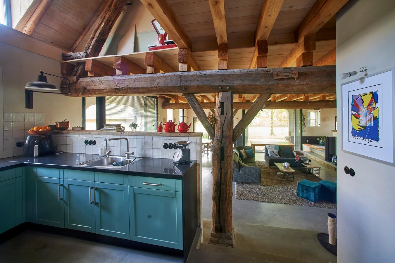 De keuken en woonkamer met de draagbalken uit 1864.