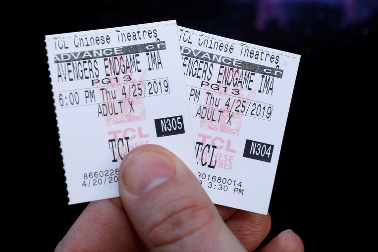 Een 'Avengers'-fan met filmkaartjes van 'Avengers: Endgame'. Beeld REUTERS