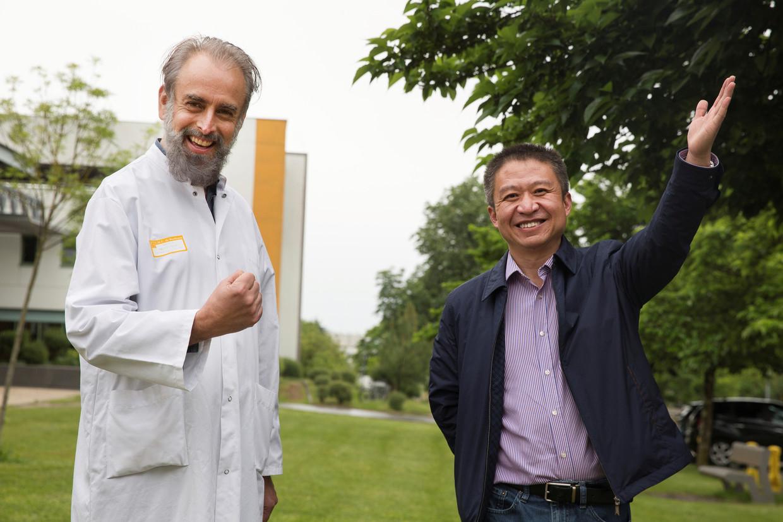Infectioloog Denis Malvy en Laurent Chu, de eerste coronapatiënt van Europa.  Beeld Kasia Wandycz