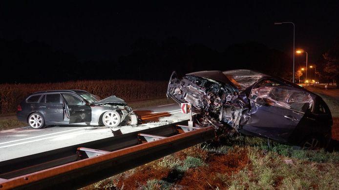 De klap was kennelijk zo hard dat één van de auto's zwaar beschadigd op de vangrail belandde.