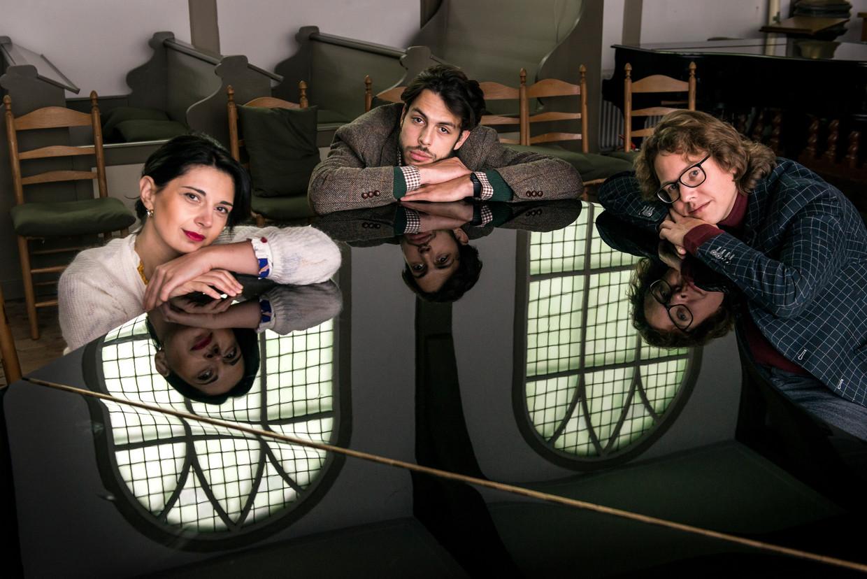 Vanaf links: Nino Gvetadze, Nicolas van Poucke en Hannes Minnaar in MuziekHaven in Zaandam.  Beeld Eva Faché