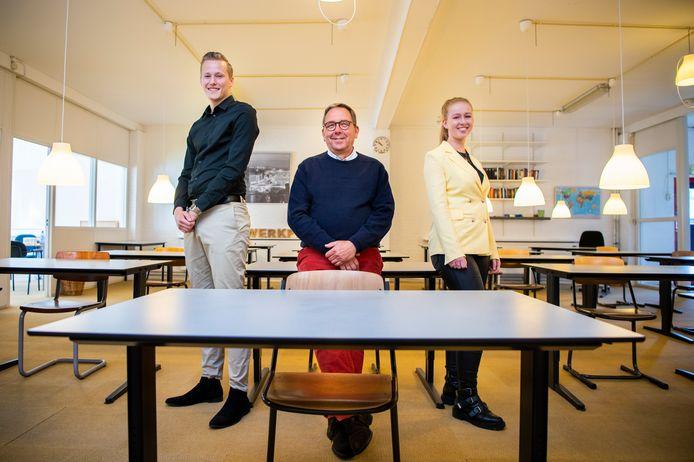 Nu oprichter Jaap Boiten (m) met pensioen gaat, nemen studenten Floor Fransen en Stijn Louwes de Huiswerkplek in Capelle aan den IJssel over.