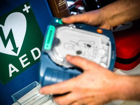 Agent woedend op feestvierders die voor de grap apparaat voor hartmassage 'stelen' tijdens onwelwording