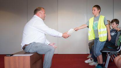 Leerlingen De Knipoog geven brieven voor uitgewezen Maram (11) aan burgemeester