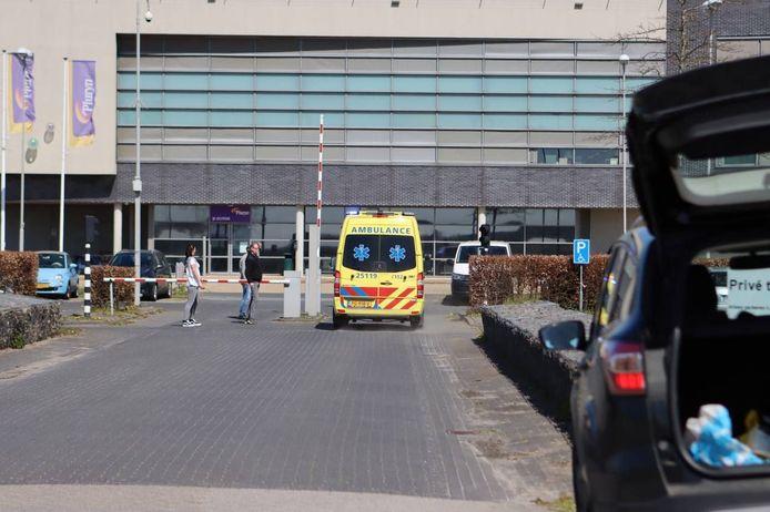 De ambulance staat bij de Penitentiaire Inrichting.