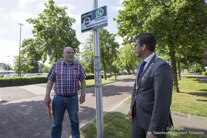 Burgemeester Joost van Oostrum onthult eerste buurtpreventiebord in Borculo.