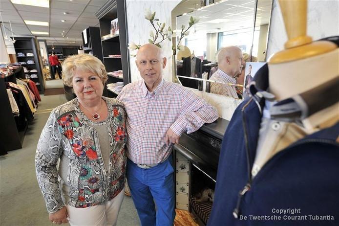 Wim Platenkamp met zijn vrouw Elly in de herenmodezaak Het Broekenhuis in Oldenzaal.