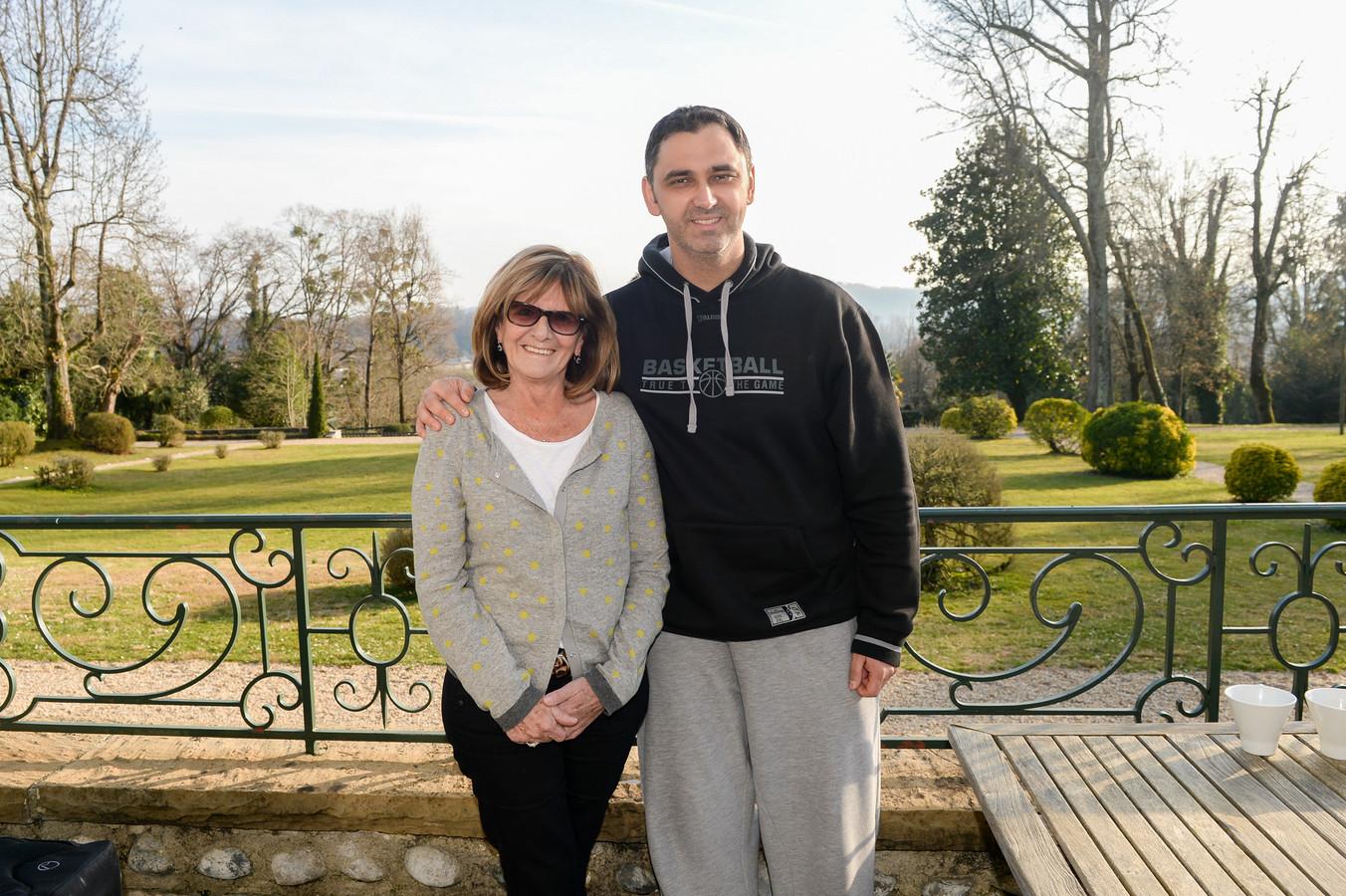Algemeen coördinator Marijke Schaepelinck en coach Dario Gjergja op het terras van Villa Navarra voor de Franse Pyreneeën in Pau. Schaepelinck overleed zaterdag op 66-jarige leeftijd.