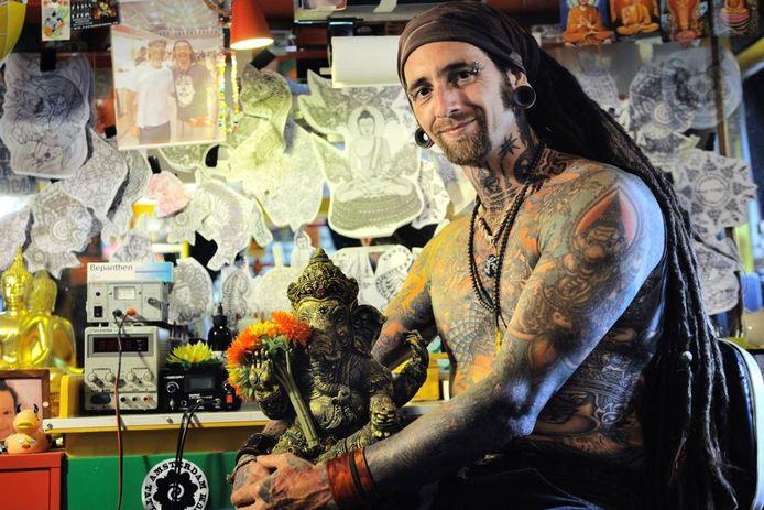 Tatoeëerder Silas van Gemert in zijn studio Irie Ink.