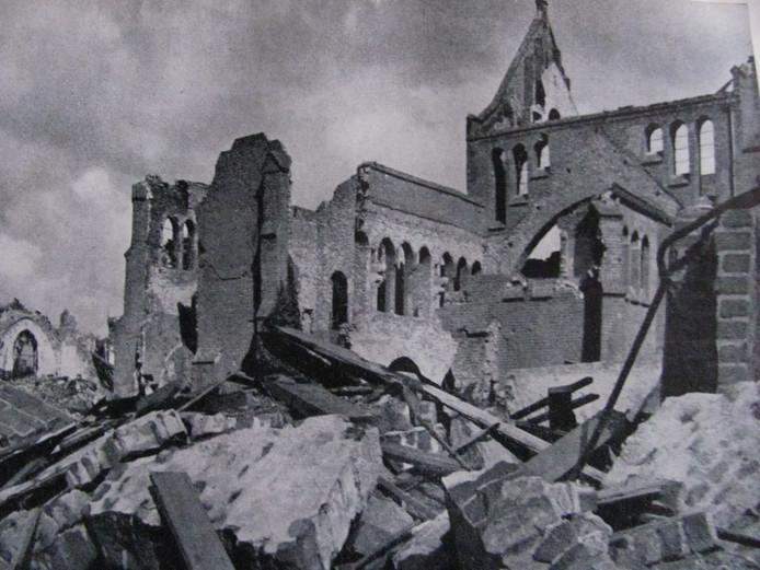 De treurige restanten van de kerk OLV Tenhemelopneming in Huissen na het bombardement op 2 oktober 1944.