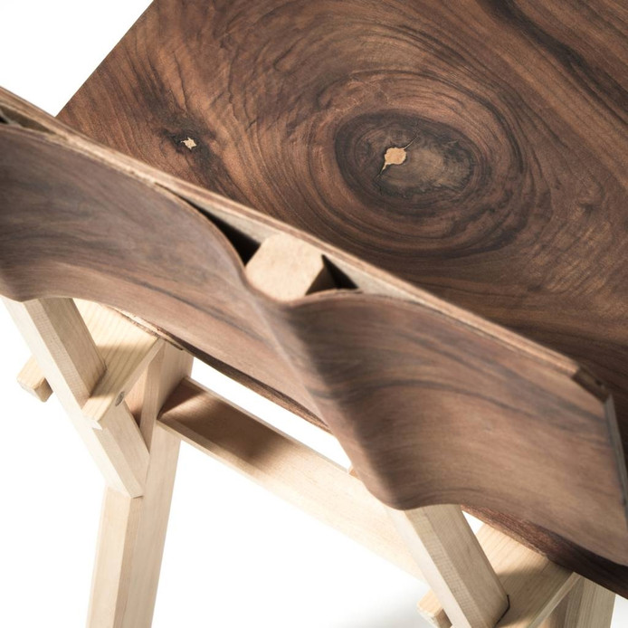 Detail van de rugleuning van een van de stoelen van Jeroen Wand.
