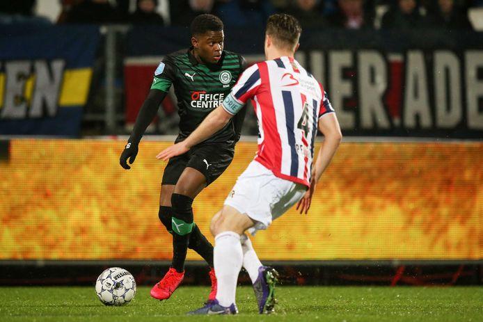 Daishawn Redan (links) in actie namens FC Groningen, de club die hem eerder huurde. Jordens Peters (Willem II) wacht af.