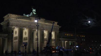 Blauwe maan verlicht Brandenburger Tor in Berlijn
