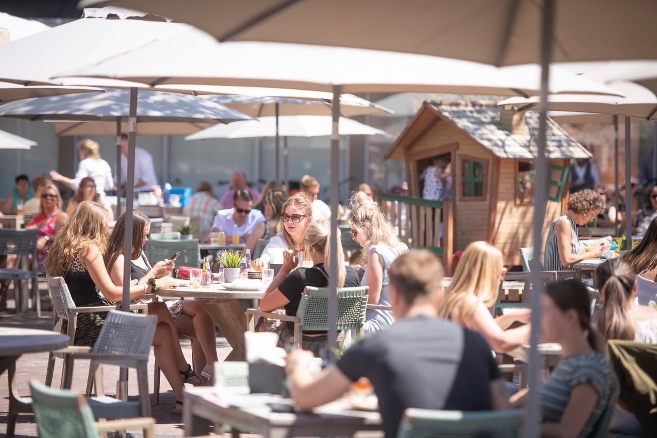 Het terras van café-restaurant Nielz liep maandag snel vol. Om 12 uur stond er meteen een flinke rij bij de incheck-balie.